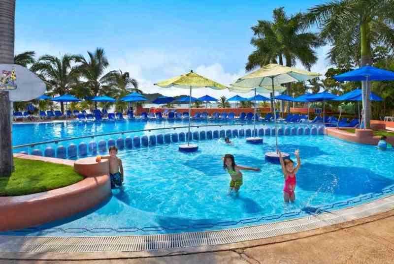 Hotel Azul Ixtapa Actividades en la alberca para niños. El Hotel Azul Ixtapa cuenta con una alberca diseñada exclusivamente para niños