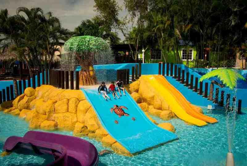 Alberca para niños en el Hotel Azul Ixtapa, acondicionada con juegos acuáticos para sus próximas Vacaciones en el Hotel Azul Ixtapa