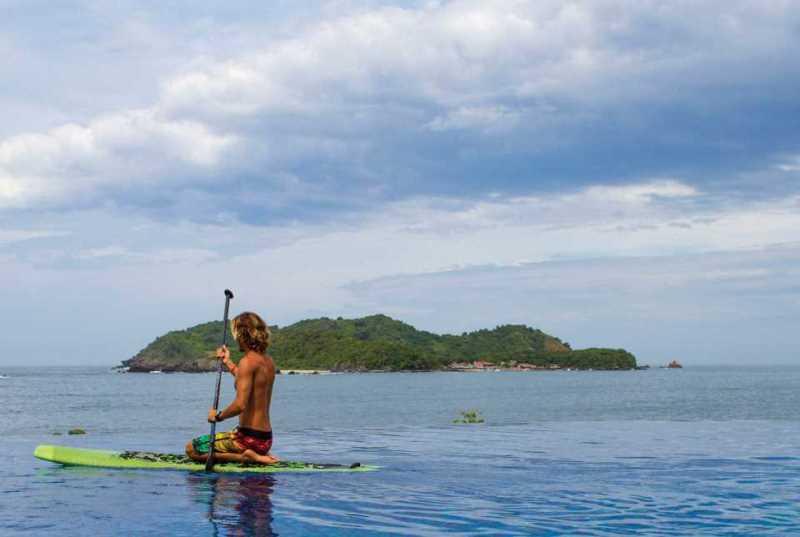 Actividades en el Hotel Azul Ixtapa como el Stand Up Paddle (SUP) frente a la Isla de Ixtapa