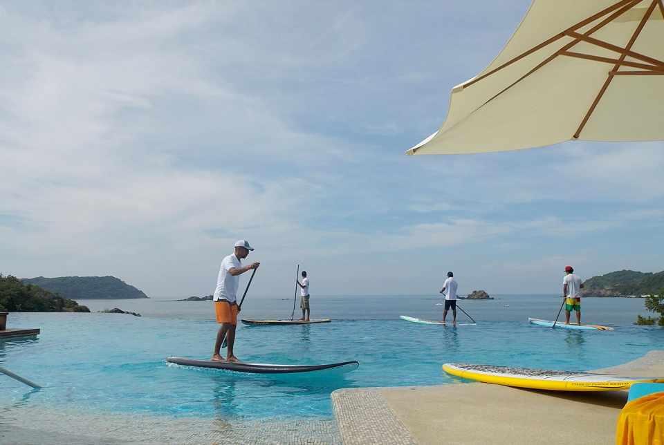 Hotel Azul Ixtapa Grand Stand Up Paddle. El Hotel Azul Ixtapa Grand cuenta con tres espectaculares piscinas, dos de ellas enfocadas a la relajación que incluyen 5 jacuzzis y otra infinity para realizar actividades deportivas