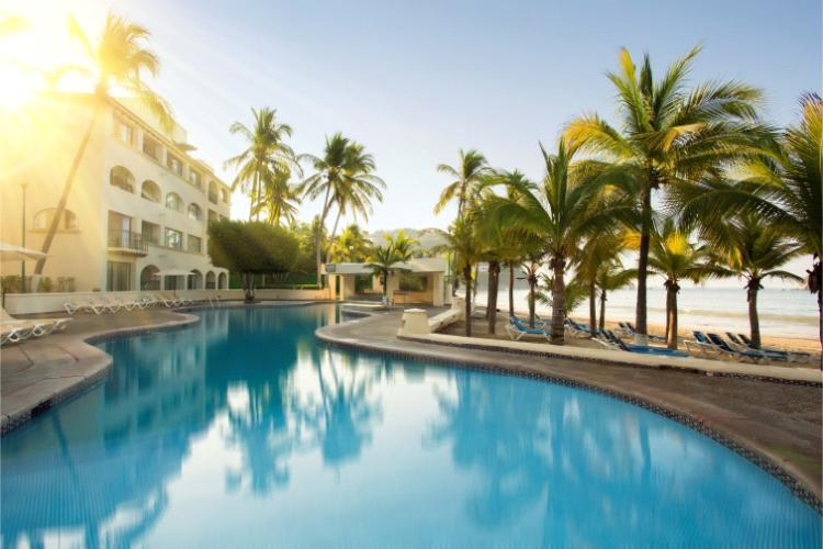 Hotel Barceló Ixtapa Albercas familiares con acceso inmediato a la playa. Disfrute de sus vacaciones todo incluido en el Barceló Ixtapa