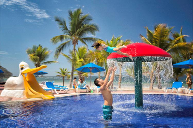 Hotel Barceló Ixtapa Albercas para Niños. Los niños podrán disfrutar de albercas exclusivas para ellos, con actividades y entretenimiento familiar en el plan todo incluido del Barceló Ixtapa