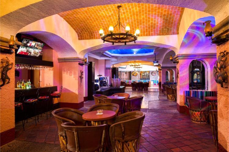El Bar Sanca del Hotel Barceló Ixtapa ofrece la mejor banda de música en vivo combinado con un divertido ambiente para bailar