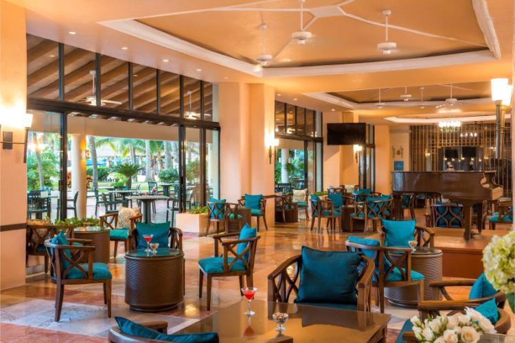 En el Lobby Bar del Hotel Barceló Ixtapa puede contemplar el atardecer con exquisitos cócteles y bebidas, amenizado con música en vivo