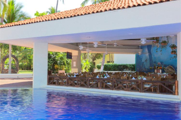 El Restaurante Caracol ofrece servicio a la carta especializado en mariscos y snacks preparados al momento, disfrútelo en su estancia todo incluido en el Hotel Barceló Ixtapa