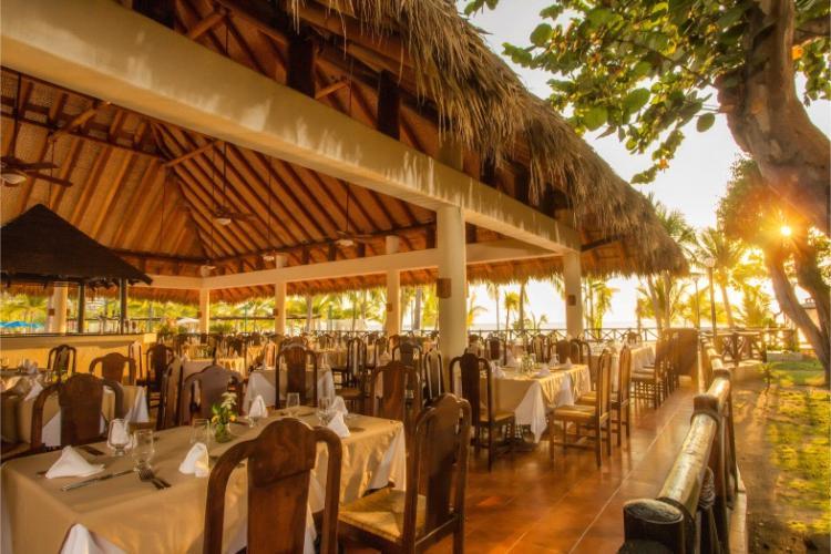 El Restaurante La Papala del Hotel Barceló Ixtapa ofrece deliciosos y variados buffet a un costado del área de la alberca y con vista al mar en Ixtapa Zihuatanejo