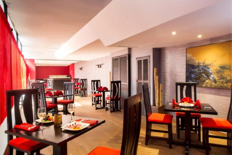 Restaurante Sushi Bar Kyoto uenta con una magnífica barra de sushi en un ambiente acogedor e íntimo inspirado en la cultura japonesa al interior del Hotel Barceló Ixtapa