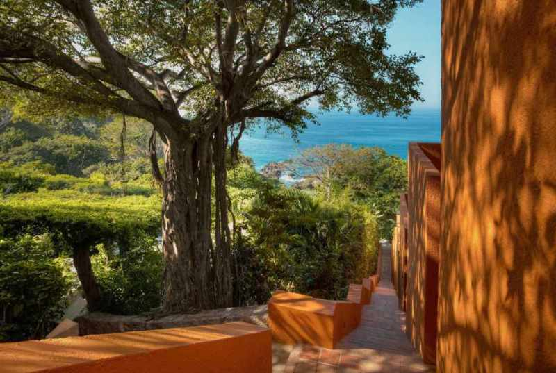 El Hotel Brisas Ixtapa se encuentra enclavado en una montaña y cuenta con una de las playas más espectaculares de la Costa del Pacífico Mexicano (Ixtapa Zihuatanejo) y ofrece una infinidad de opciones para la aventura en el Hotel Brisas Ixtapa