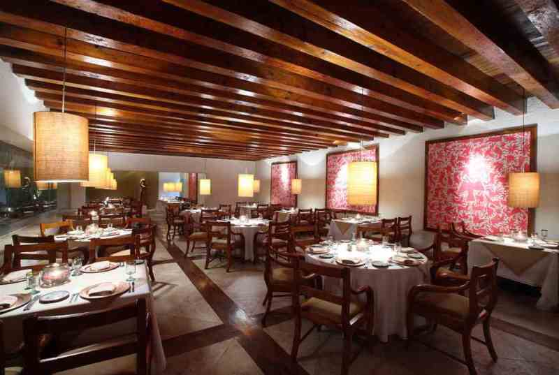 En el Hotel Brisas Ixtapa usted elige cenar a la orilla del mar o en un ambiente interior, con alta gastonomía internacional o especialidades locales; Las Brisas Ixtapa ofrece experiencias para todos los gustos