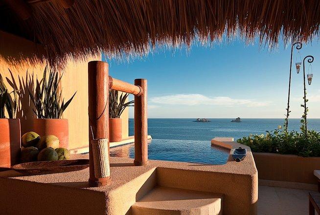 Hotel Cala de Mar Ixtapa Habitaciones: Lujosas Suites con cama king size, aire acondicionado, ventiladores de techo, televisión satelital