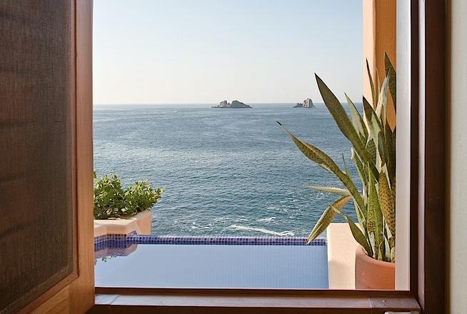 Hotel Cala de Mar Ixtapa Cuartos con 2 habitaciones, 2 baños completos, 2 camas king size, 2 terrazas y 2 albercas privadas en el Hotel Cala de Mar Ixtapa