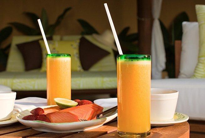 Hotel Cala de Mar Ixtapa Todo Incluido: Disfrute de una deliciosa cena acompañada por un trío en vivo o una serenata de guitarra en la playa, en el Wedding deck o bien en la terraza de su suite