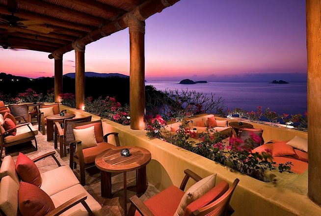 Hotel Cala de Mar Ixtapa Todo Incluido: Terrace Bar, caracterizando el arte culinario del ceviche, sushi y sashimi, servicio completo de barra de bebidas y la más grande selección de Tequilas añejos