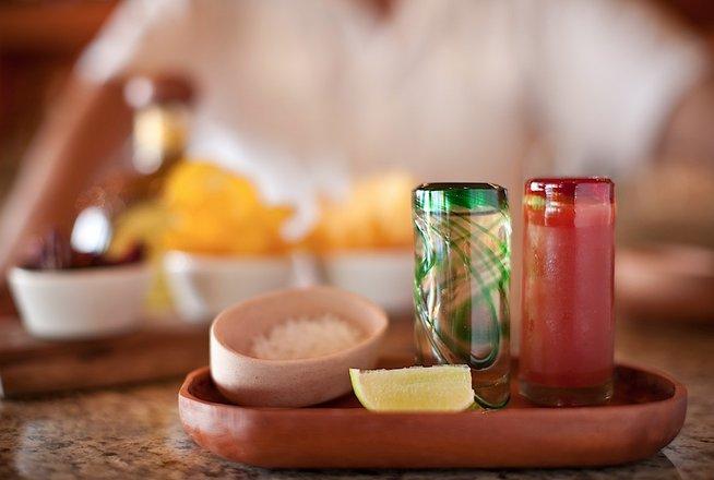 Hotel Cala de Mar Ixtapa Todo Incluido: Disfrute de las mejores especialidades mexicanas y favoritos de la Costa del Pacífico, con una fantástica vista al mar en el Hotel Cala de Mar Ixtapa
