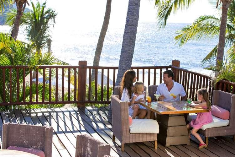 Hotel Club Med Ixtapa. En el centro del Resort, este gran restaurante lo recibe en unas de sus 4 salas o en una bella terraza con vista al mar