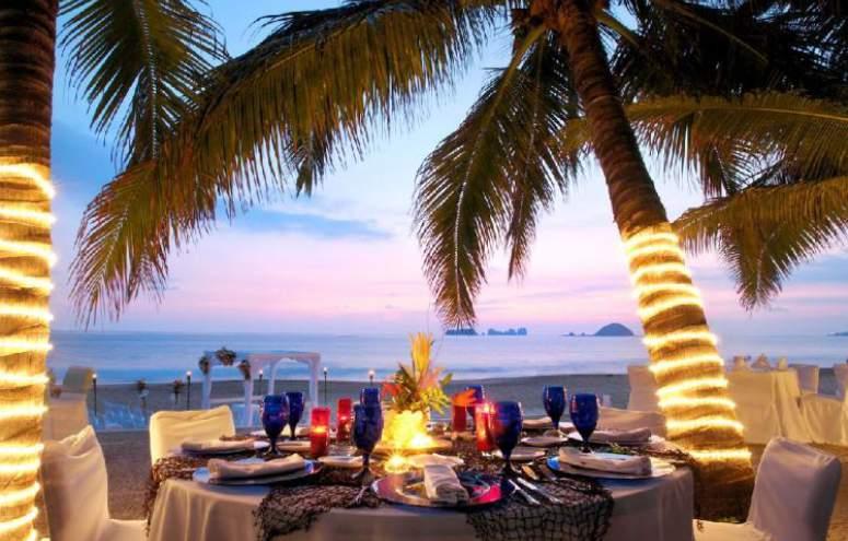 Hotel Emporio Ixtapa Todo Incluido: Descubre lo mejor de la cocina mexicana e internacional con nuestros deliciosos platillos. En las noches podrás deleitarte con el buffet, que ofrece las especialidades de nuestro chef en el Emporio Ixtapa
