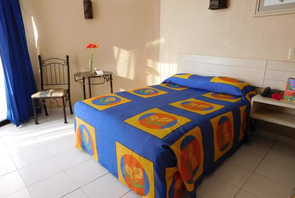 Cuartos para compartir en pareja y con niños en el Hotel Fontán Ixtapa Todo Incluido. Habitaciones Estándar del Hotel Fontan Ixtapa. Con espacio para alojar entre 2 y 3 personas, con camas dobles o King, TV de pantalla plana, baño equipado con amenidades, teléfono, mobiliario moderno y funcional