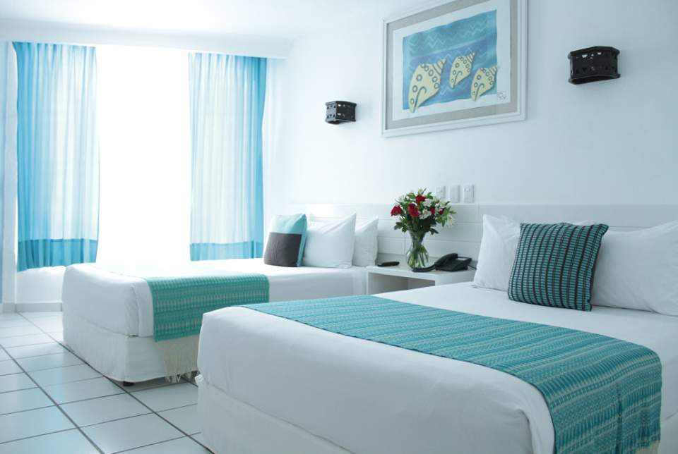 Disfruta de las habitaciones tipo Superior Plus del Hotel Fontán Ixtapa con espacio para 2 y 3 personas, teléfono, TV de pantalla plana y baño propio completo. Pregunta por nuestros paquetes todo incluido del Hotel Fontán Ixtapa