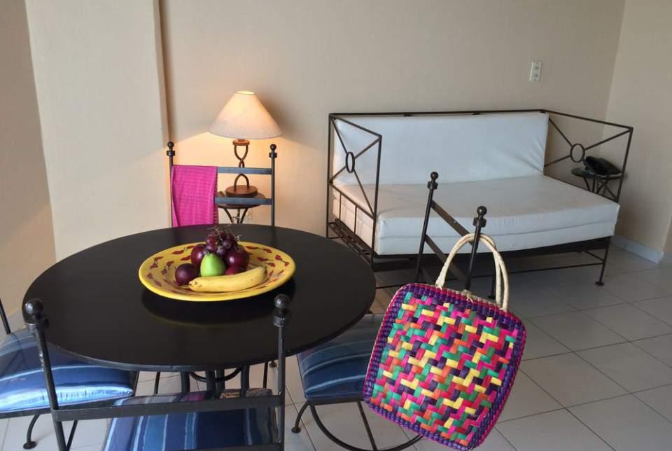 Elegantes y de diseño exclusivo, las Suite del Hotel Fontan Ixtapa ofrecen un amplio cuarto y una zona de cocineta y sala de estar, espacios ideales para compartir unas vacaciones en Ixtapa Zihuatanejo Todo Incluido