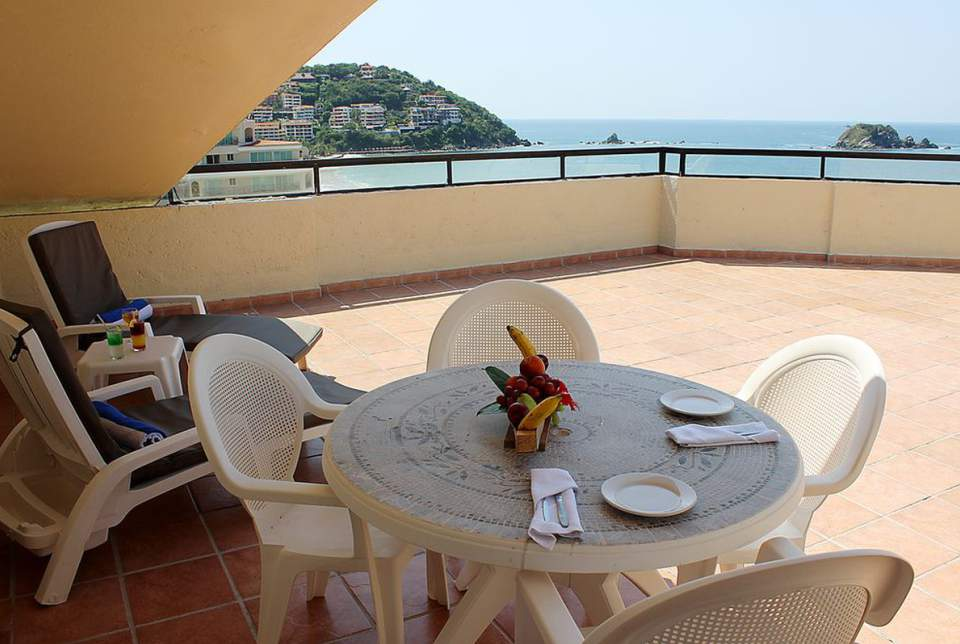 Las habitaciones tipo Pent House del Hotel Fontán Ixtapa cuentan con: Cocineta con refrigerador, camas doble o King, sala de estar, aire acondicionado, cafetera, TV de pantalla plana, terraza privada con vista al mar en Ixtapa Zihuatanejo