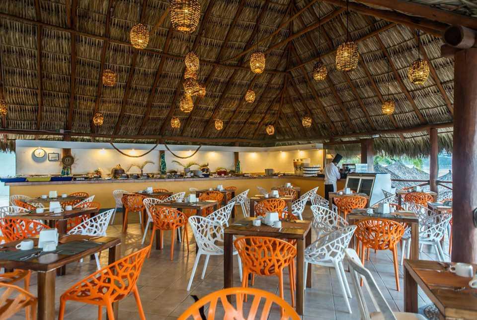 Restaurante Miramar del Hotel Fontán Ixtapa ofrecen pescados frescos y mariscos que llegan a la bahía de Zihuanatejo se preparan con exquisito mimo para servirlos en un ambiente único y lleno de la magia de la gastronomía de Ixtapa Zihuatanejo