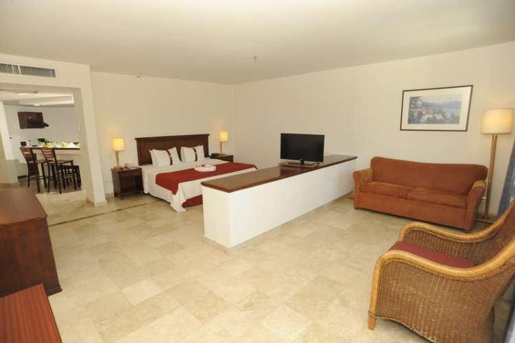 Hotel Gamma Inn Ixtapa Cuartos con todo lo necesario para sus vacaciones todo incluido en Ixtapa Zihuatanejo: Cuenta con cama King Size, sofá cama doble, aire acondicionado, clóset, kit de planchado, escritorio, internet inalámbrico, teléfono, TV por cable y caja de seguridad