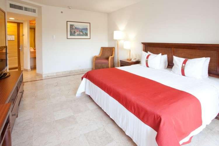 Hotel Gamma Inn Ixtapa Habitación equipada para atender las necesidades de las personas discapacitadas. Cuenta con una King size, baño privado, TV por cable, caja de seguridad y aire acondicionado. Es ideal para una o dos personas