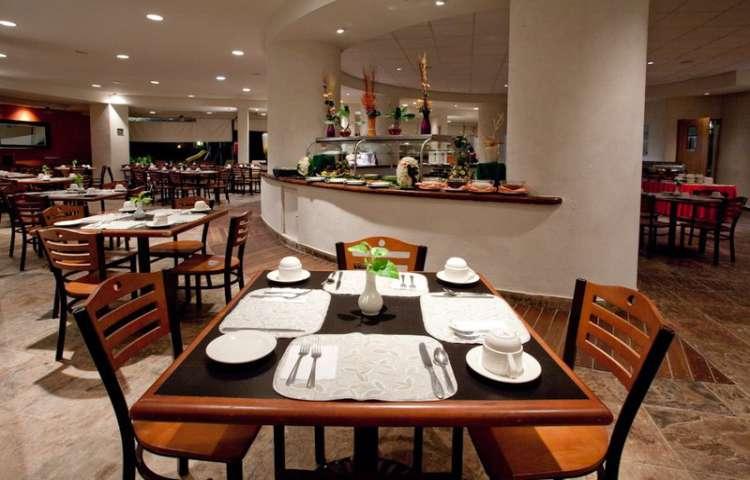 Hotel Gamma Inn Ixtapa: El Restaurante Playa Linda ofrece servicio de buffet para el desayuno, la comida y la cena