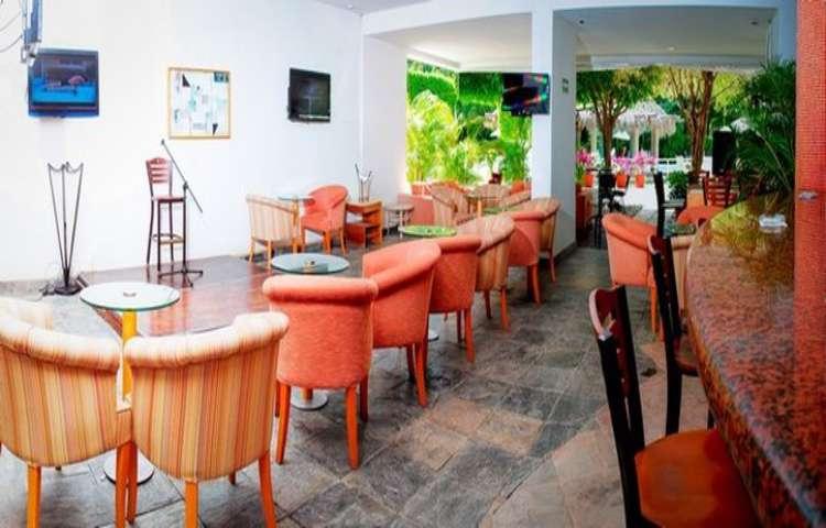 Disfruta de tu bebida favorita en el Lobby Bar del Hotel Gamma Inn Ixtapa en tu paquete todo incluido