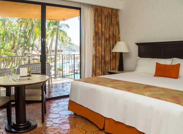 Hotel Holiday Inn Ixtapa Habitaciones. Nuestras suites cuentan con cama King o dobles, una pequeña sala con sofá cama y dos baños completos con vista al océano. Las suites son para hasta cuatro personas y algunas incluyen terraza