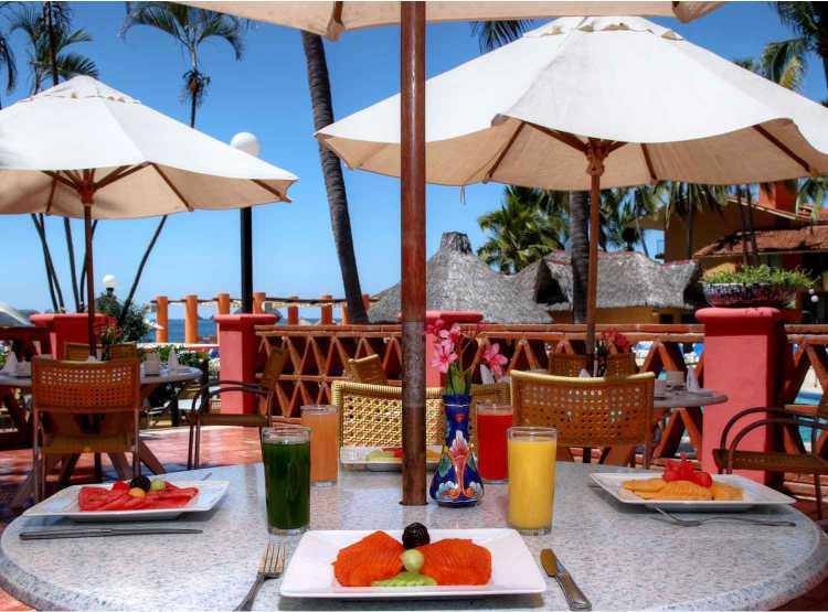 El restaurante La Isla del Hotel Holiday Inn Ixtapa ofrece Desayuno, Almuerzo y Cena tipo buffet