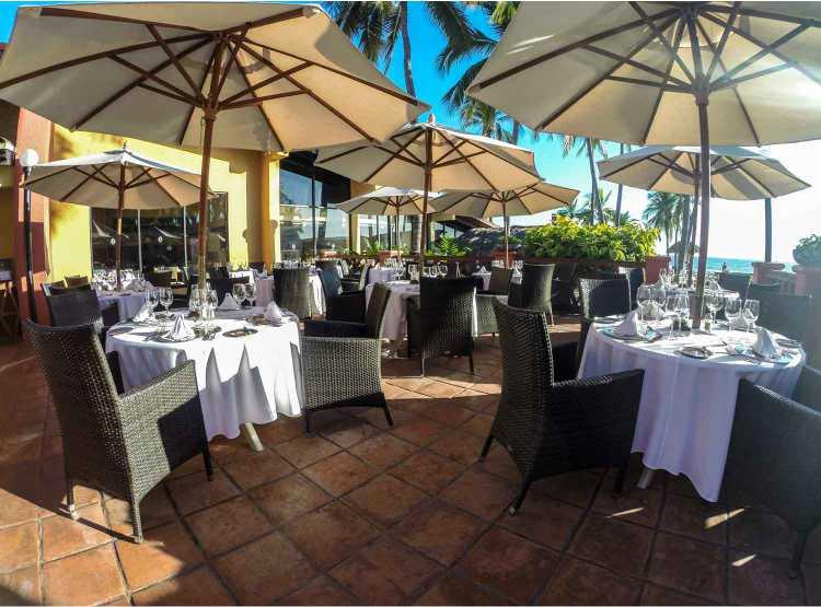 Hotel Holiday Inn Ixtapa Todo Incluido: Los huéspedes pueden disfrutar de una variedad de opciones gastronómicas en los restaurantes, bares y fiestas temáticas semanales del Holiday Inn Ixtapa