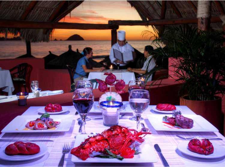Los huéspedes pueden disfrutar de una variedad de opciones gastronómicas en los cuatro restaurantes, tres bares y fiestas temáticas semanales del Hotel Holiday Inn Ixtapa Todo Incluido