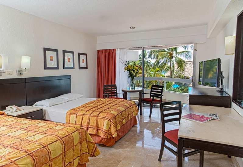 Krystal Ixtapa, ofrece 255 habitaciones recientemente remodeladas con un estilo contemporáneo y balcones privados con vistas únicas al océano pacifico