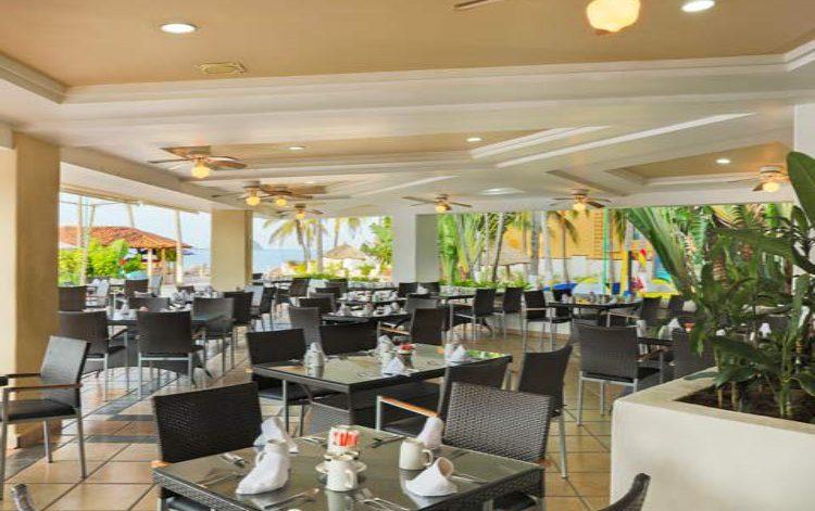 Hotel Krystal Ixtapa Restaurante Aquamarina, Con un moderno mobiliario este restaurante da servicio de desayunos buffet durante las mañanas armonizando con un ambiente formado por jardines y la alberca principal