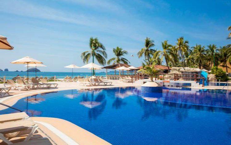 Hotel Krystal Ixtapa Snack Bar La Cascada: Tómese un descanso de la alberca o la playa para disfrutar de un fresco y delicioso sándwich, una exquisita hamburguesa o unas ricas botanas con refrescantes bebidas