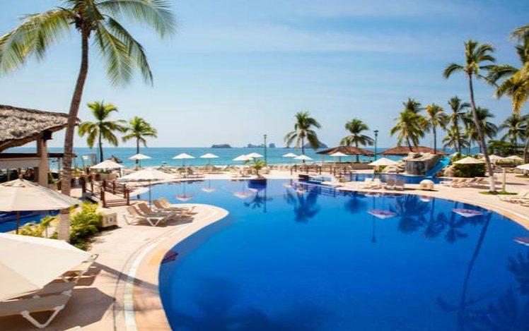 Hotel Krystal Ixtapa Todo Incluido, Nuestra área de la alberca es considerada como una de las piscinas más singulares y bellas de Ixtapa, Cuenta con una cascada de rocas, un bar, zonas para practicar deportes acuáticos y un estupendo tobogán de agua para los niños