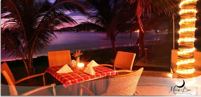 Hotel Pacífica Ixtapa Restaurante Moon Bar. En un escenario perfecto para una velada romántica, sobre la arena y admirando un hermoso atardecer en la Bahía de Ixtapa Zihuatanejo