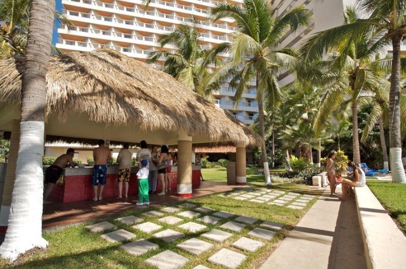 Hotel Park Royal Ixtapa Restaurante Snack El Jardín. Si lo que apeteces es comer algo ligero y rápido, aquí puedes pedir desde hamburguesas a la parrilla, hot dogs, nachos, pizzas, papas fritas, hasta verduras