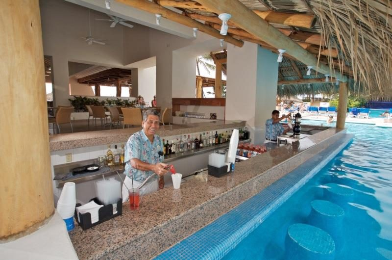 Hotel Park Royal Ixtapa Restaurante Bar La Langosta. Escucha música tropical mientras disfrutas de tu bebida favorita en la piscina