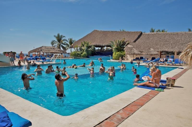 Hotel Park Royal Ixtapa Todo Incluido: Refréscate en la piscina, donde podrás admirar el mar y los impresionantes atardeceres de Ixtapa Zihuatanejo