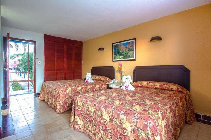 Hotel Qualton Ixtapa Cuartos estándar con vista a los jardines, equipada con dos camas matrimoniales ideal para 4 personas