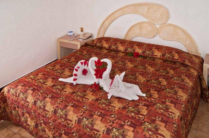 Hotel Qualton Ixtapa Cuartos estándar con vista a los jardines, equipada con una cama King size, ideal para parejas que viajan de vacaciones en Ixtapa Zihuatanejo