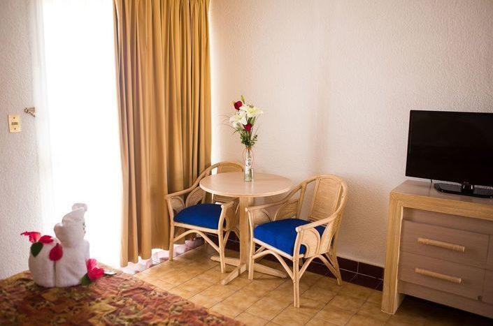 Hotel Qualton Ixtapa Habitación estándar con vista a los jardines, equipada con una cama King size, ideal para parejas que viajan de vacaciones en Ixtapa Zihuatanejo