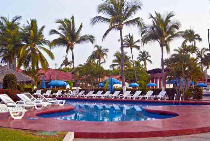 Hotel Qualton Ixtapa Todo Incluido: Alberca Familiar, Alberca Adultos, Cancha de Tenis, Cancha de voleibol, Mini Club, Discoteca, Ping Pong, Caminata ecológica