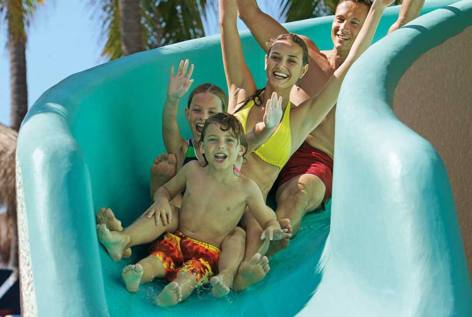 Hotel Sunscape Ixtapa Todo Incluido. Actividades: Bochas, juegos de mesa, voleibol de playa, Clases de Zumba y yoga, baloncesto, Dos canchas de tenis iluminadas