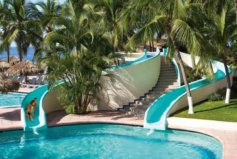Hotel Sunscape Ixtapa Todo Incluido. DEPORTES ACUÁTICOS: Aeróbic acuático, Parque Sunny's Place Splash, Voleibol acuático y water polo, Pesca deportiva, buceo, Deportes acuáticos motorizados, Dos toboganes acuáticos, Gran alberca principal con bar donde se realizan juegos en el agua