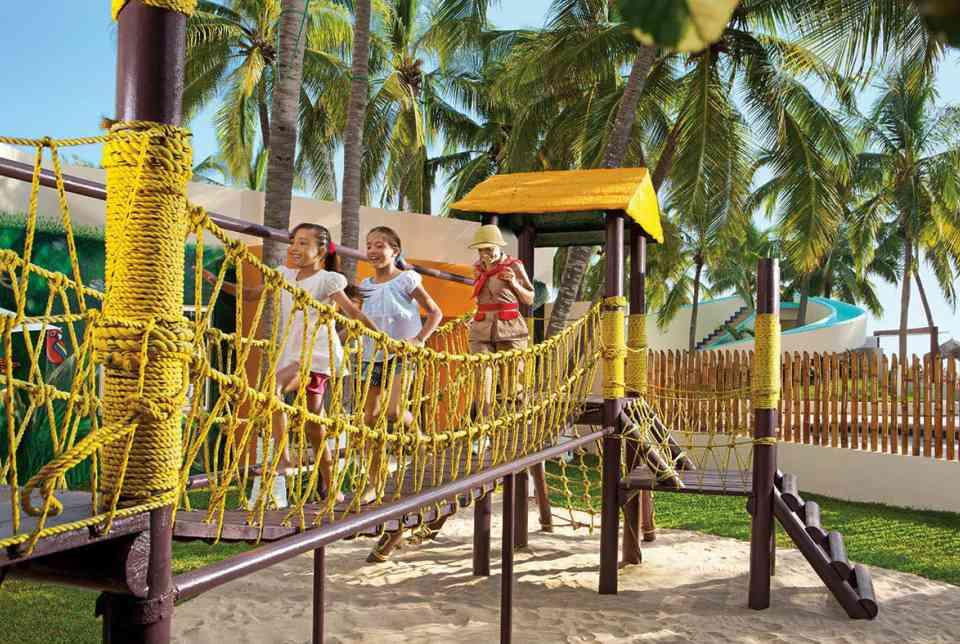 Hotel Sunscape Ixtapa Todo Incluido. El Explorer's Club es un lugar seguro donde los niños pueden jugar videojuegos o hacer castillos de arena y acampar en la playa bajo la supervisión de nuestro personal capacitado