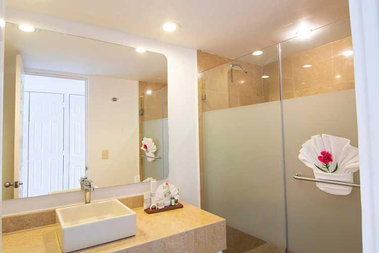 Hotel Tesoro Ixtapa Cuartos, DELUXE VISTA AL JARDÍN, Las habitaciones de lujo cuentan con camas King Size o dos camas dobles, además de un balcón privado y vista a los jardines