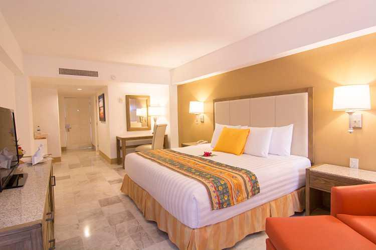 Hotel Tesoro Ixtapa Cuartos, DELUXE VISTA PARCIAL AL OCÉANO, Las habitaciones de lujo cuentan con camas King Size o dos camas dobles, además de un balcón privado y vista al mar